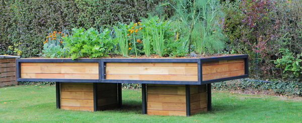 potager en carr tuteurs en robinier carr s point s tuteur id al pour tomates dans le potager bio. Black Bedroom Furniture Sets. Home Design Ideas